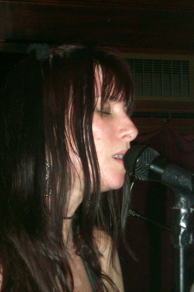 bands/liar/2000-02-26/16-paula_closeup.jpg
